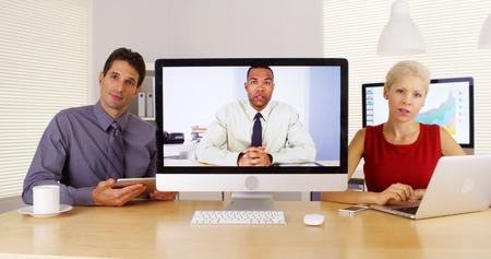 ビジネス チーム話すとカメラに聞いて 写真素材