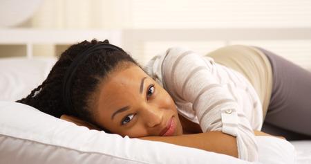 american sexy: Сладкий черный женщина улыбается и смеется Онг кровати