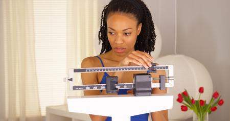 desilusion: Mujer negro Decepcionado comprueba peso y se aleja Foto de archivo