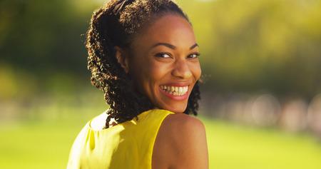 Mignon femme noire souriante dans un parc Banque d'images - 33766104