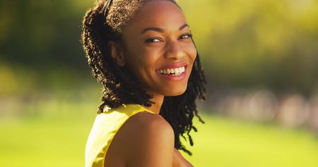 femme africaine: Mignon femme noire souriante dans un parc Banque d'images