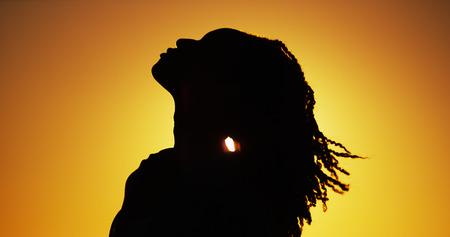 paisagem: Silhueta da mulher ao pôr do sol Africano de pé
