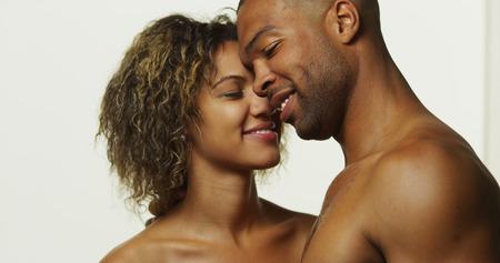 nackter junge: Gl�ckliche schwarze Paar k�ssen und lachen