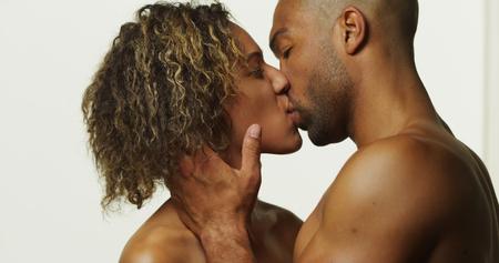 mujer desnuda sentada: Feliz pareja bes�ndose negro