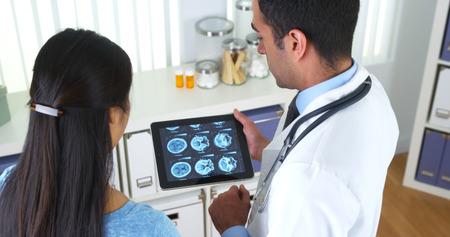 Médecin mexicaine expliquant scans du cerveau à un patient Banque d'images - 33806158