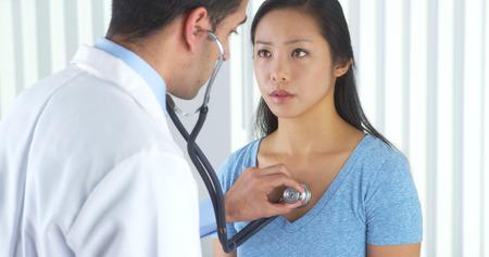 pacientes: Médico mexicano escuchar el corazón del paciente