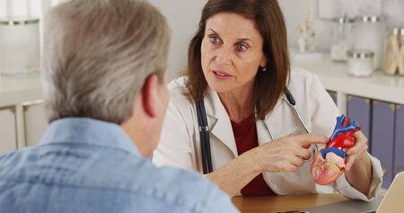 Cardiologo parlando con paziente anziano del suo cuore