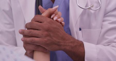 手術前に患者に快適さを与える医師