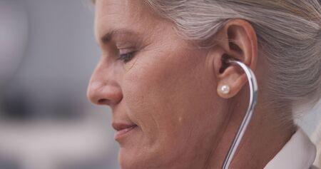 perfil de mujer rostro: Primer plano de doctor, escuchar con el estetoscopio Foto de archivo