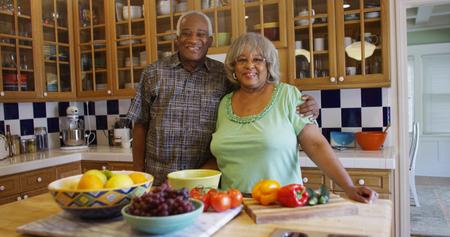 Heureux couple noir mature dans la cuisine Banque d'images