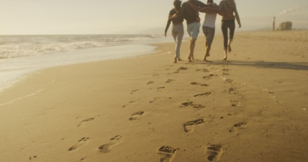Friends walking on the beach together Banque d'images