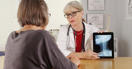 Senior doctor patient tablet x-ray 免版税图像
