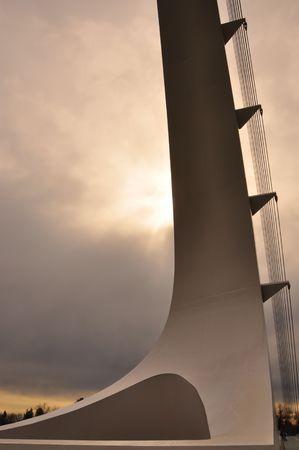 reloj de sol: Puente de reloj de sol en Redding, CA durante una lluvia. Foto de archivo