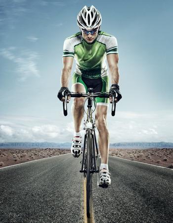 スポーツ。道のサイクリスト。