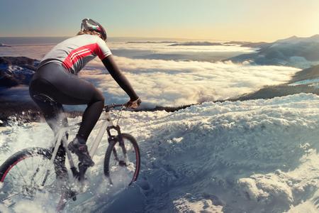 Radfahrer in den Bergen Standard-Bild