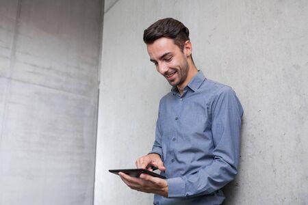 태블릿 pc를 들고 행복 젊은 비즈니스 사람
