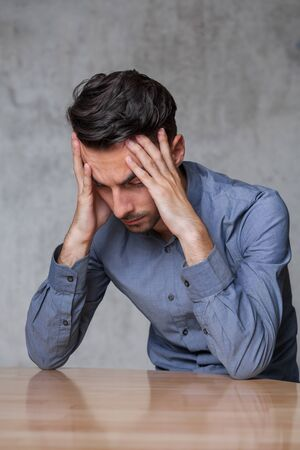 depresión: Hombre de negocios con dolor de cabeza depresivo Foto de archivo