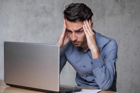 두통으로 일하는 청년