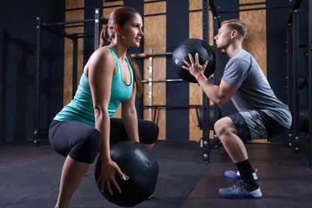 의학 공 체육관에서 기능성 운동 운동 스톡 콘텐츠