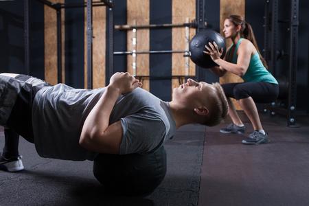 funktionelle Fitness-Training in der Turnhalle mit Medizinball