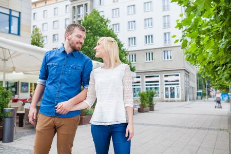 도시 주변에 산책 젊은 부부 스톡 콘텐츠
