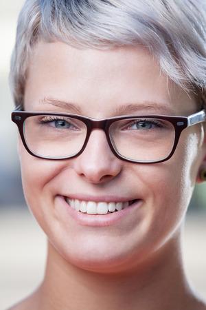 유행 여성 안경의 초상화를 닫습니다
