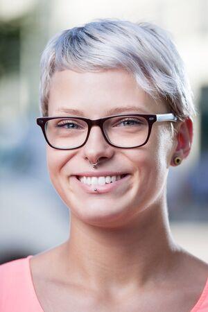 트렌디 한 여성 안경과 피어싱 스톡 콘텐츠