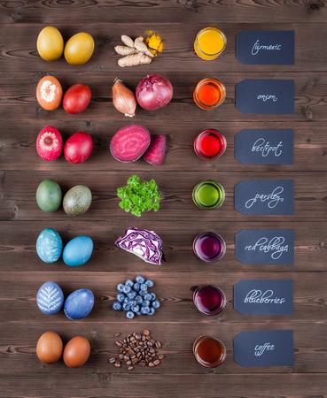 Oeufs de pâques naturels teintés avec teinture naturelle de curcuma, oignon, betterave rouge, persil, chou rouge, bleuets, café Banque d'images - 75353193
