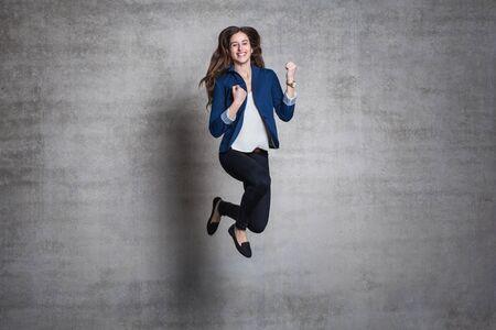 행복 비즈니스 여자 점프 벽 스톡 콘텐츠