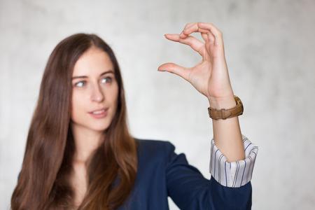 그녀의 손가락 사이 뭔가 들고 사업가