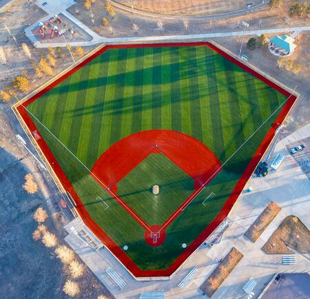 2019年3月28日,美国科罗拉多州城堡石市,无人机拍摄的当地公园棒球场正在为棒球开幕日的比赛做准备。