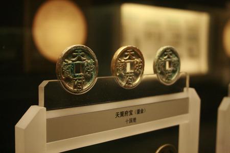 上海博物館に展示の上海、中国 - 2011 年 3 月 31 日 - 古代中国コインします。 写真素材 - 37796752