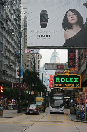 Hong Kong、中国 - 2010 年 10 月 25 日 - A 2 階建てバス、Hong Kong のネイザン ロード沿いのタクシー