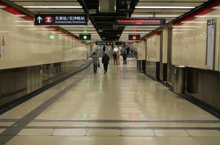 Hong Kong、中国 - 2010 年 4 月 8 日 - 尖沙咀駅通路