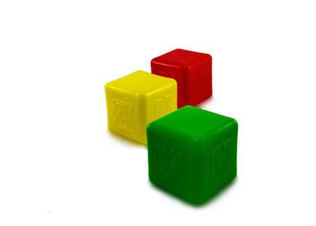 cubos de colores para ni�os sobre un fondo blanco