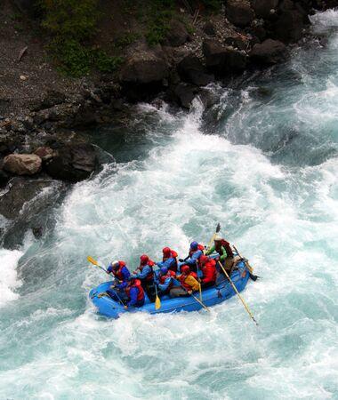 jangada: Una balsa a trav�s de una ola de voladura