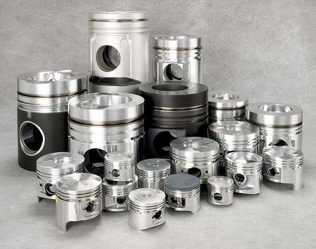pistones: un conjunto de pistones de metal  Foto de archivo