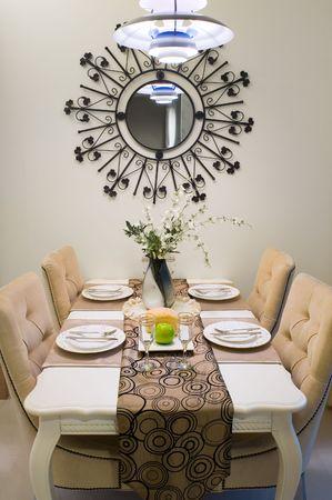 droplight: Cena a tavola in una nuova casa.