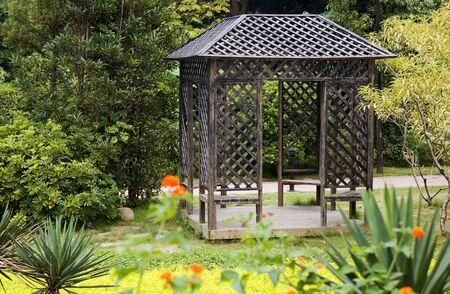 tuinhuis: Tuinhuis met vaste planten rond in het park