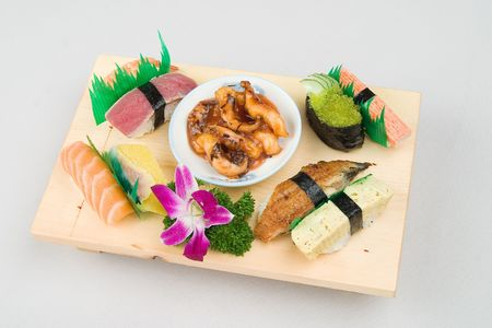 The content of an ordinary sushi box photo