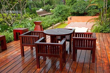 patio furniture: Casa patio in legno con tavolo e sedie Archivio Fotografico