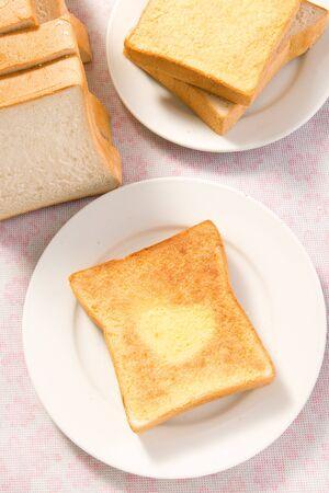 La placa con tostadas asado en la mesa Foto de archivo - 5316740