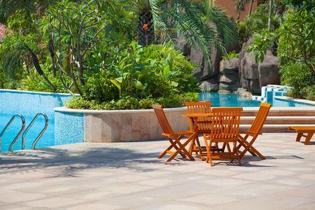 patio furniture: Tavolo e sedie da una piscina nel giardino