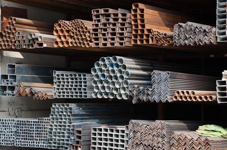 siderurgia: Tuber�as en estante de metal de una serie de diferentes tama�os  Foto de archivo