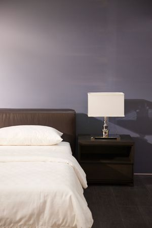 cama: Interior de la sala del moderno cama--Lamp y almohadas en una casa nueva