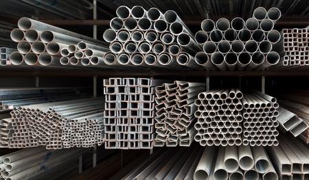 acier: Pile de tuyaux m�talliques sur �tag�re