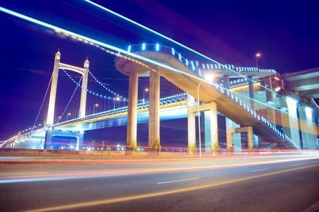low angle views: los senderos de luz en el fondo del moderno puente colgante al crep�sculo en china. Foto de archivo
