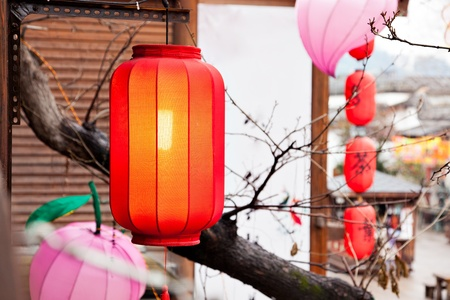 Red lantern hang on the roof at a Chinese traditional market. Standard-Bild