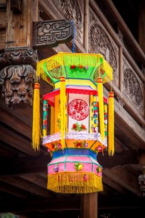 tallado en madera: Linterna tradicional china colgando en el buidling de madera con muchos talla de madera de estilo antiguo chino