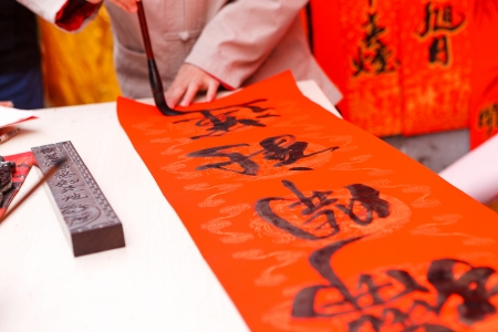 The man writing Chinese spring festival couplets Standard-Bild
